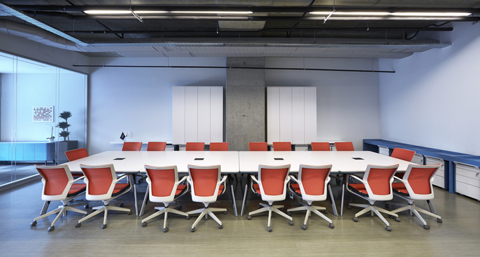 Finance office design gallery the best offices on the for Leasing office decorating ideas